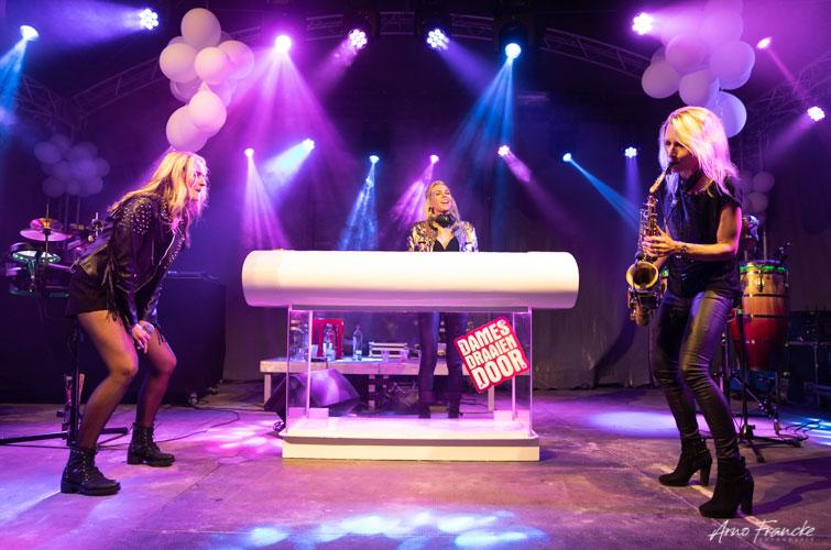 vrouwelijke saxofonist Kirsten met DJ